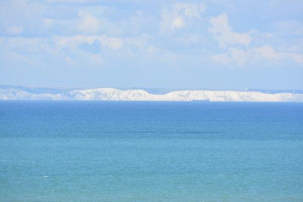 Där borta! Vid Engelska kanalen och tvärs över syn de vita klipporna vid Dover.