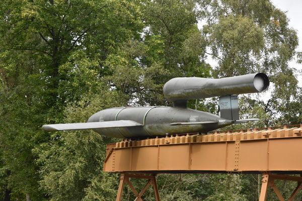 En V-1 Raket vid slutpunkten på sin avfyringsramp. Egentligen skulle den legat längst ner på rampen för att var riktigt korrekt. Rampen är också betydligt kortare än den som krävdes för avfyringen.