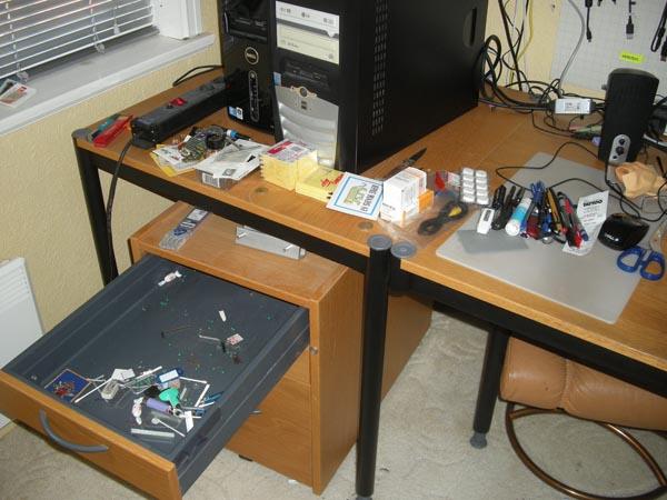 Skrivbordsfynd av allehanda slag.