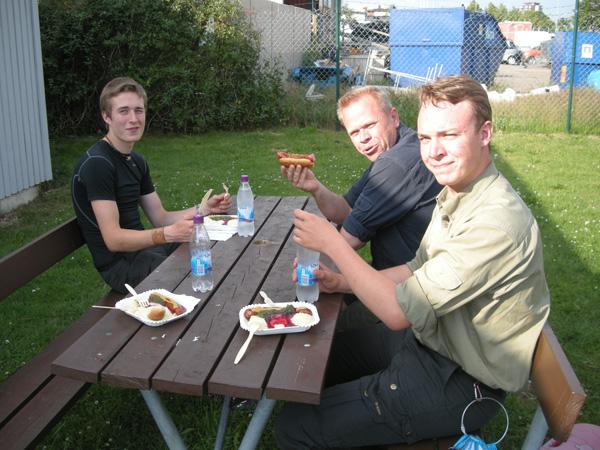"""Efter """"hårt"""" kvällsarbete sitter maten alldeles rätt! På bilden Jonathan, Johan och Max njutandes av en riktig gourmetkorv."""