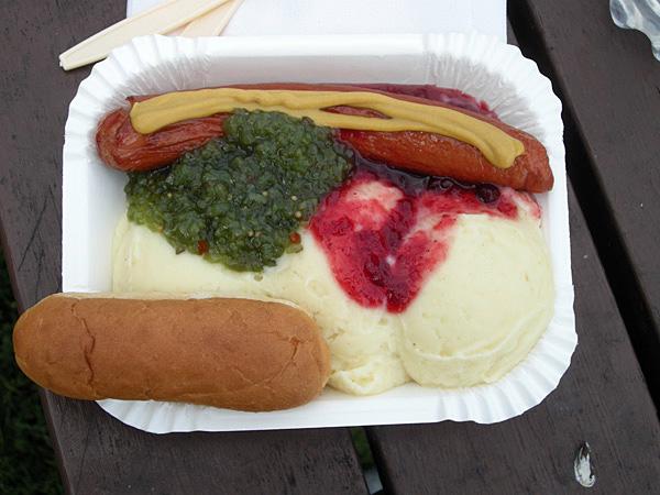 Grillad (stekt) korv med potatismos, bostongurka och lingon samt ett korvbröd. Vad mer kan man begära?