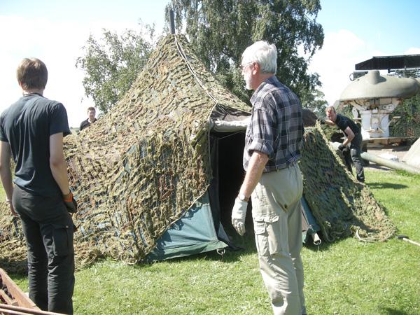 Ett välmaskerat tält. Fullständigt omöjligt att upptäcka. För ventilationens skull har vi palcerat på en kulle i området.
