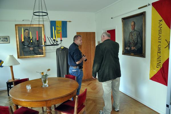 Ett av de stiliga rummen i överstebostället. Här är det Johan Andrée och Lars Remfors som beundrar de gamla förmålen