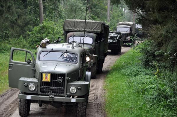 """Bakom oss fanns """"vår"""" radioterrängbil, den sk Suggan, lastbilar och även en stridsvagn S."""