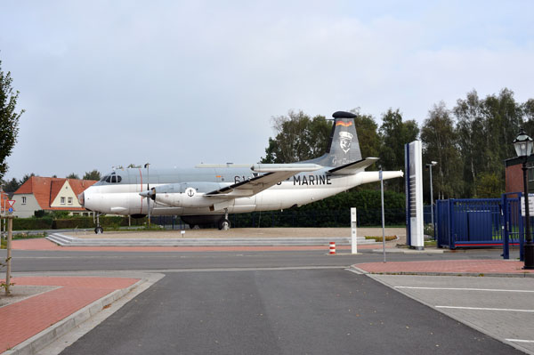 Här kan verkligen tala om ett blickfång. Infarten till marinflygbasen i Nordholz.
