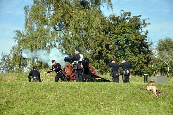 Eldgivning från fästningsvallen.