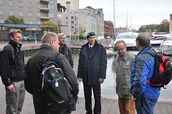 Samling och väntan på vår båt. På bilden syns Johan (med ryggen mot kameran), Jan Molin, Henric Arnoldsson, Poppe Tascher och Ove Enkvist som skulle göra oss sällskap ut till den mäktiga kustartilleriön precis utanför Helsingfors.