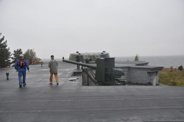 Forthjässan med sin bestyckning. I bakgrunden syns tornet med sina två 30,5 cm kanoner.