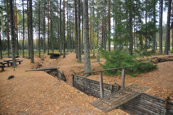 Löpgravarna vid gamla gränsen. I bakgrunden skymtar stora vägen till Hangö.