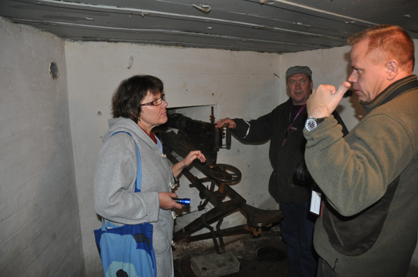 Museets personal i livligt samspråk med Johan Andrèe.