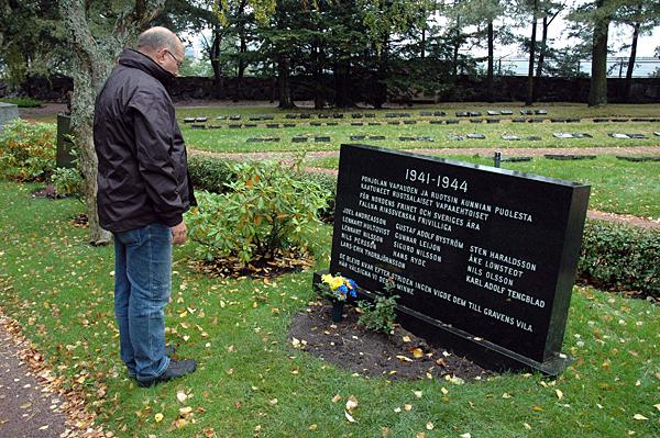 De blevo kvar efter striden... Blomsternedläggning vid de stupade rikssvenskarnas minnesten. (foto Johan Andrée
