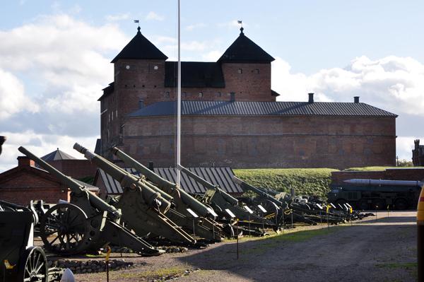 Här fanns kanoner och artilleri av allehanda slag. I bakgrunden syns Tavastehus slott.