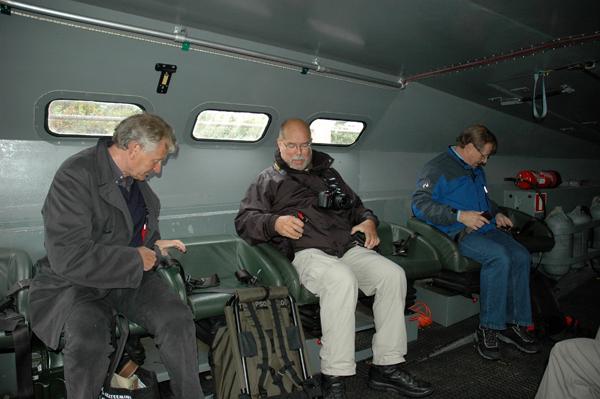 Finsk stridsbåt. Jan Molin, jag själv och Ove Enkvist spänner säkerhetsbältet inför färden.