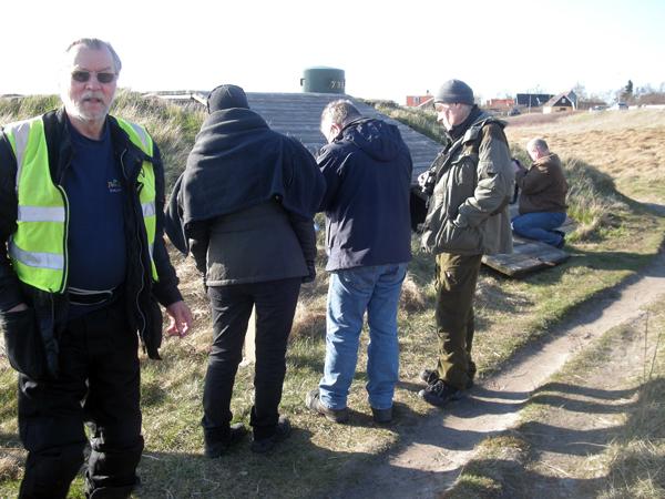 Här är besökarna upptagna med att studera informationsskylten vid kanonvärnen 739.