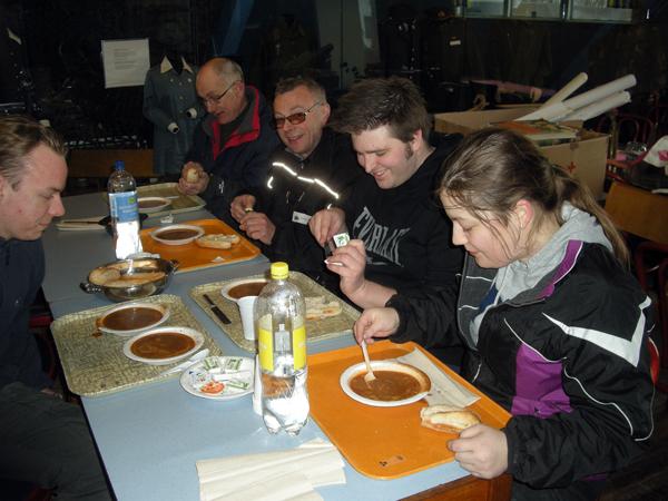 Det smakar alltid gott med mat på Beredskapsmuseet! Här syns från vänster Max, Bengt, Sven-Arne, Robin och Lotta låta sig väl smaka av soppan.