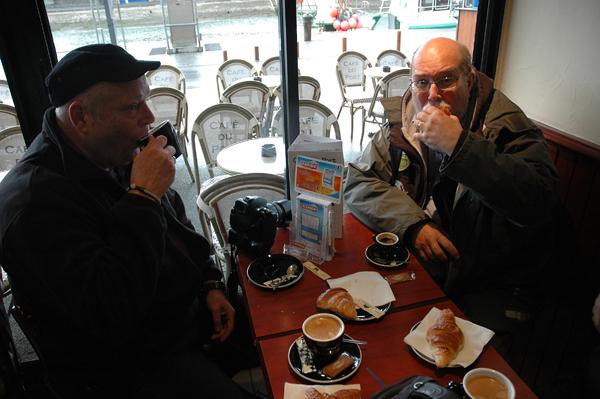 En riktigt välsmakande kopp kaffe med tillbehör i Port-en-Bessin.