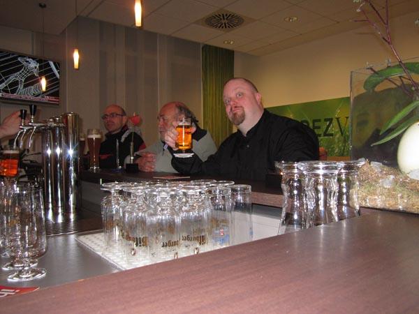 Anders låter sig väl njutas av en efterlängtad öl på i hotellbaren på vårt hotell i Aachen.