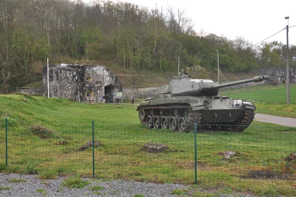 Samling vid fortet Eben-Emael. Bakom stridsvagnen syns fortets huvudingång.