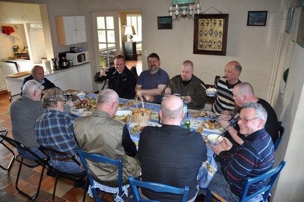 """Äntligen mat och dricka samt en stol som står stilla. Första måltiden i """"vårt"""" slott utanför Grandcamp-Maisy."""