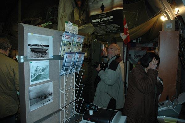 Jan-Åke specialstuderar museets dolda utställningar. Kassörskan verkar inte vilja bli fotograferad.