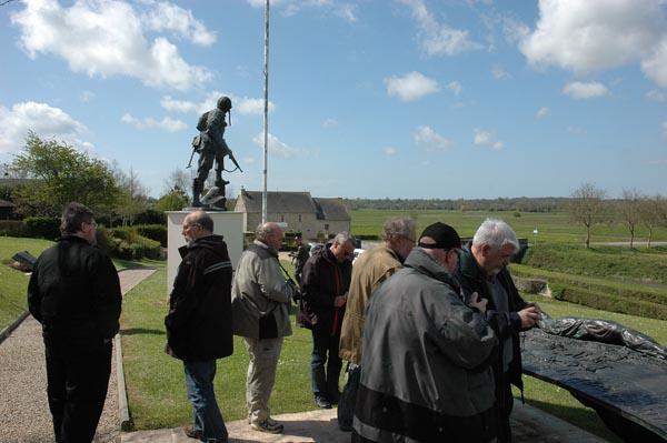 Statyn Iron Mike vid den omstrida broövergången.