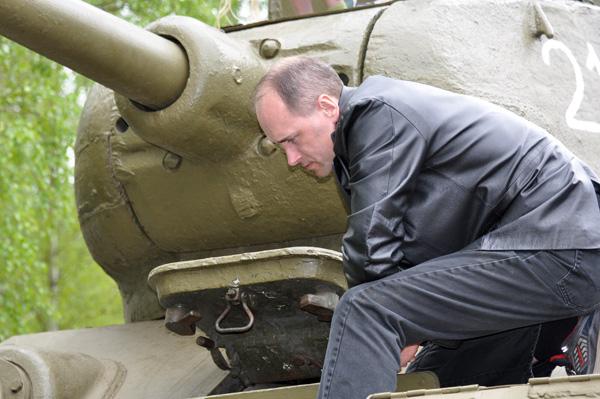Drömmen om en egen stridsvagn verkar hägra hos denna besökare.