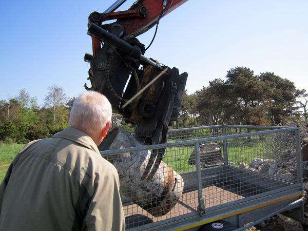 Kollegan Lars D övervakar lastningen av den 300 kg tunga huven.