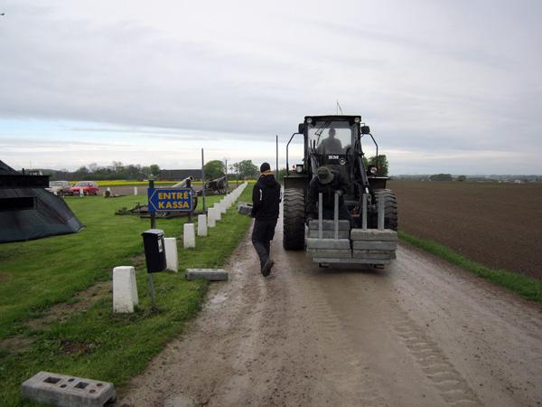 Området inhägnas med hjälp av traktor och mankraft.