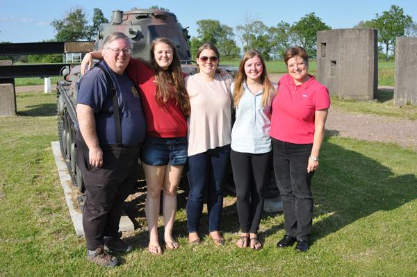Familjen McGovern fram Beredskapsmuseets stridsvagn.