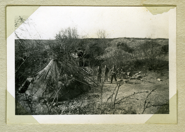 En av bilderna på sidan i lite större format. Tältförläggning tillsammans med stridsvagn modell 1942 som står lite halvmaskerad i bakgrunden.