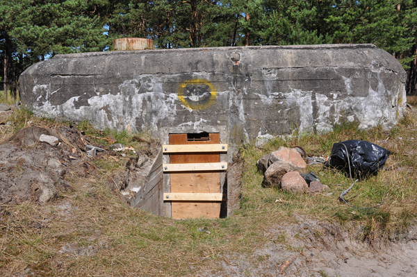 Förberett för plombering. Ett kulsprutevärn av den första modellen (Ksp I) vid Falsterbokanalen väntar på betongbilen.