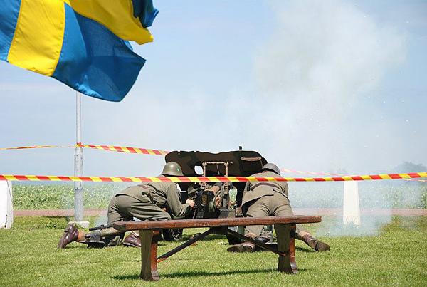Givetvis sköts det födelsedagssalut. Två gånger svenskt lösen med två anrika 37 mm pv-kanoner. (foto: Sofie Andrée)