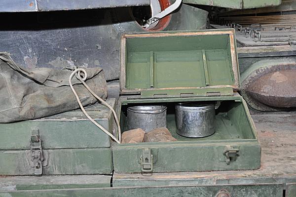 De två vattenkokarnas plats i en av redskapslådorna på Centurionstridsvagnen.