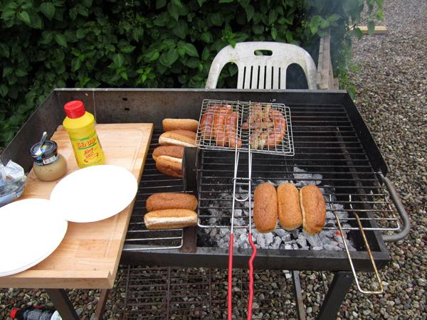 Utegrillad korv med bröd, senap och ketchup, vad mer kan man begära en solig sommarlunch?