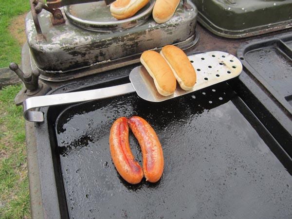 """En kokspis kan användas till mycket. T ex en """"lätt"""" lunch med korv."""