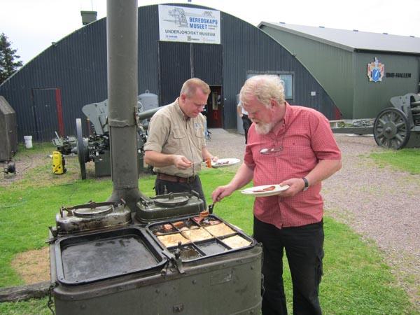 Johan och Lars-Olof förser sig från kokets fläskpannkaka.