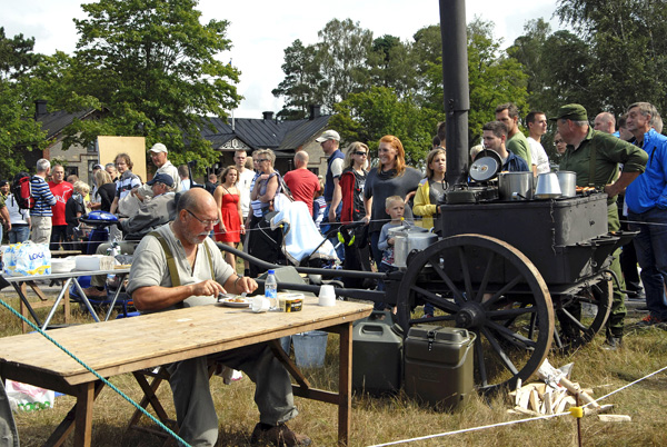 Lunchrast med publik under Regementets dag i Revingehed. Foto: Kjell Svensson.