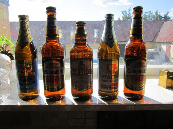 Guldet i fönstret. Läckra ölflaskor med gyllene innehåll. Svalt och läskande en skön höstdag får avsluta detta veckobrev.