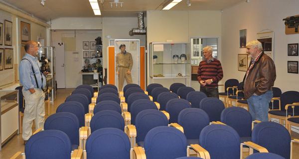 Liten samling i Kivbergs museums samlingsal (foto Lars Dahlbom)