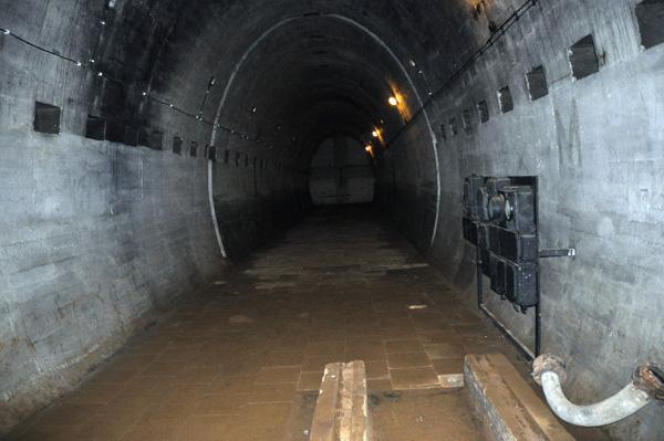 Maskinrumstunneln. I förgrunden syns fundamenten till dieselmotorerna.