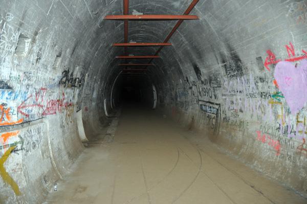 30 meter ner under Panzerwerk 717. Den långa huvudtunneln som förbinder alla Panzerwerken i området.