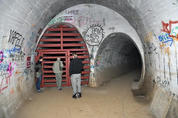 I slutet av Bahnhof Heinrich. Huvudtunneln är här spärrad med de speciell fladdermössgrindarna.
