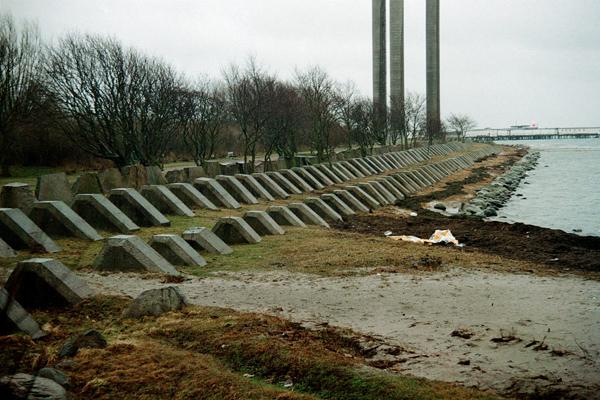 Treradigt stridsvagnshinder i betong vid Landskrona i Skåne.