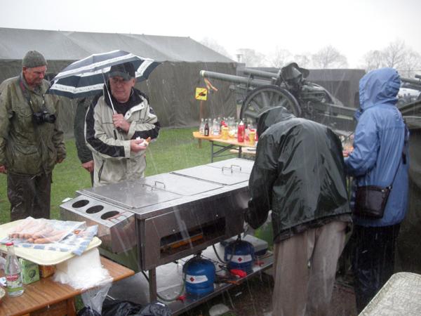 Korvahandlarna och kunderna trotsar ösregnet. Och det kom ordentligt med regn, säkert 8 000 m/m på en timma ;.)