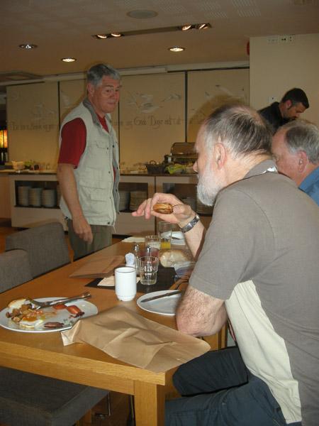 Frukost och lunchförberedelser på hotellet i Kristiansand. Här fanns också bruna papperspåsar för sådana som oss som ville göra sig en lunchpåse.