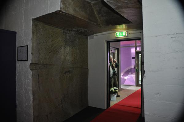 En av de nya ingångar genom bunkerns kraftiga ytterväggar.