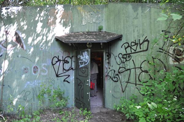 Diskret ingång i en betongvägg. Traktens konstnärer har upptäckt väggarna.