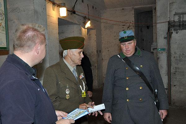 Expons äldsta soldat, som egentligen var scout tillsammans med han som verkade föreställa soldaten Svejk. Johan försöker förstå den tjeckiska konversationen