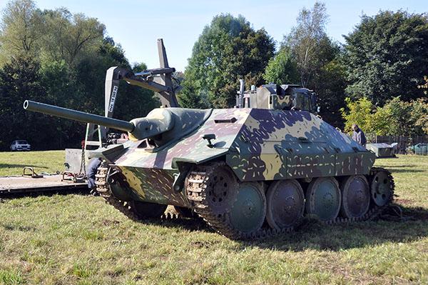 Hetzer, tysk jagdpanzer. Byggd på tjeckiskt chassi som senare även dök i Sverige som lätt stridsvagn m/41. Dock med ett helt annat utseende. Chassiet kom även till bruk för vår första Pbv, 301:an.