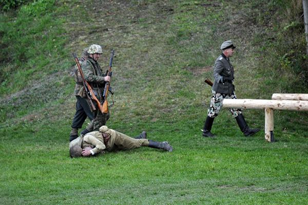 Bilden visar scenen som nog gett upphov till protester här hemma. SS-officeren, med pistol i hand, har precis avrättat den liggande sovjetiske soldaten med ett regelrätt nackskott